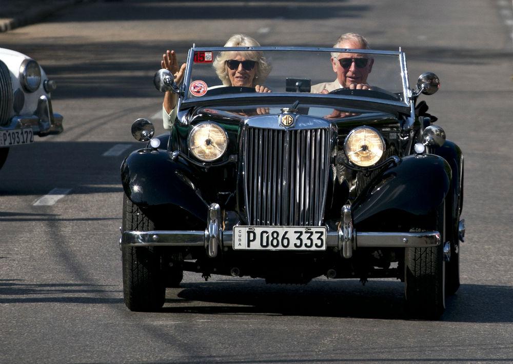 Charles y Camila llegaron al lugar conduciendo un auto descapotable de la marca británica MG, fabricado en 1953. (AP)