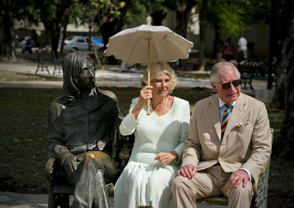 """""""Se nota que es popular, el banco está pulido"""", bromeó Charles con los periodistas que tomaban fotos frente a la estatua del compositor y cantante, que para la ocasión lucía sus famosas gafas desmontables. (AP)"""