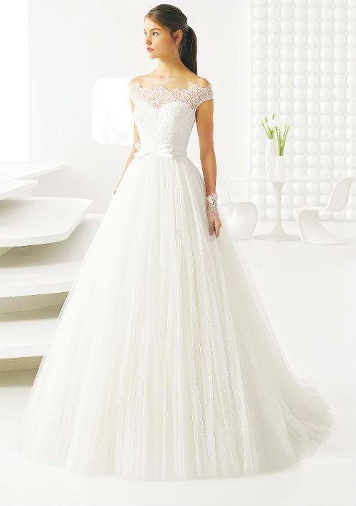 Traje disponible en D' Royal Bride. Presupuesto: $3,000+ (Suministrada)