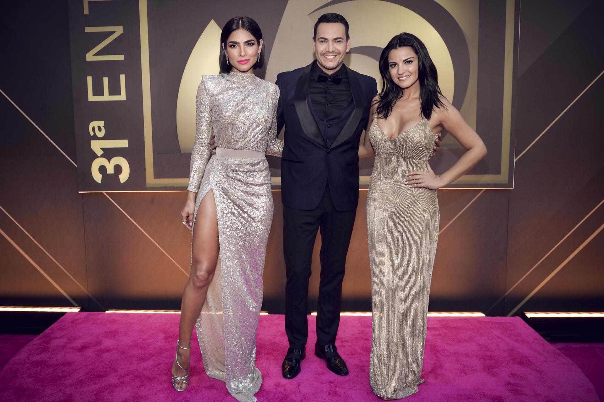 Los presentadores de la noche, la modelo y presentadora mexicana Alejandra Espinoza, el cantante puertorriqueño Víctor Manuelle y la actriz y cantante mexicana Maite Perroni. (Suministrada/ Univision)
