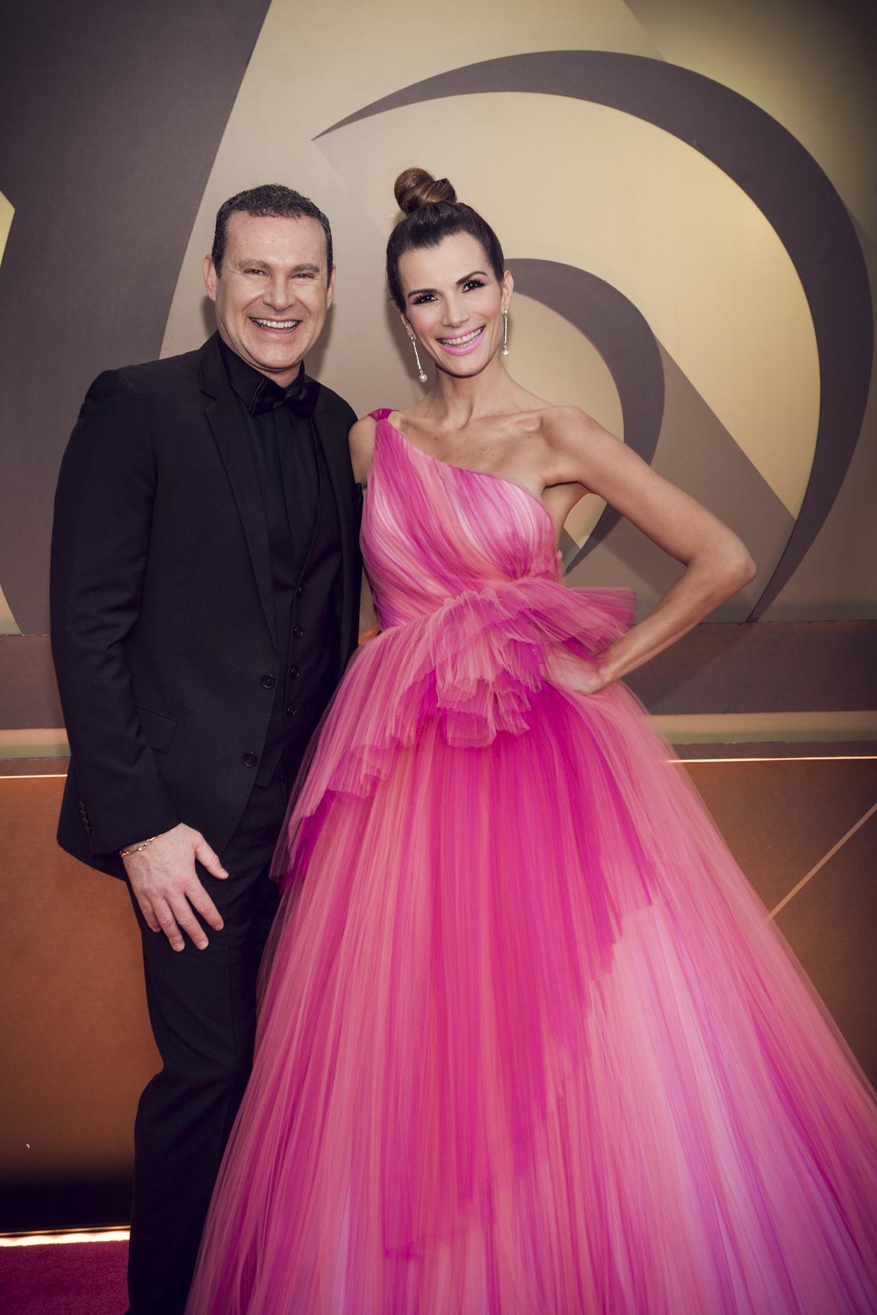El presentador mexicano Alan Tacher y su esposa, la actriz Cristy Bernal. (Suministrada/ Univision)