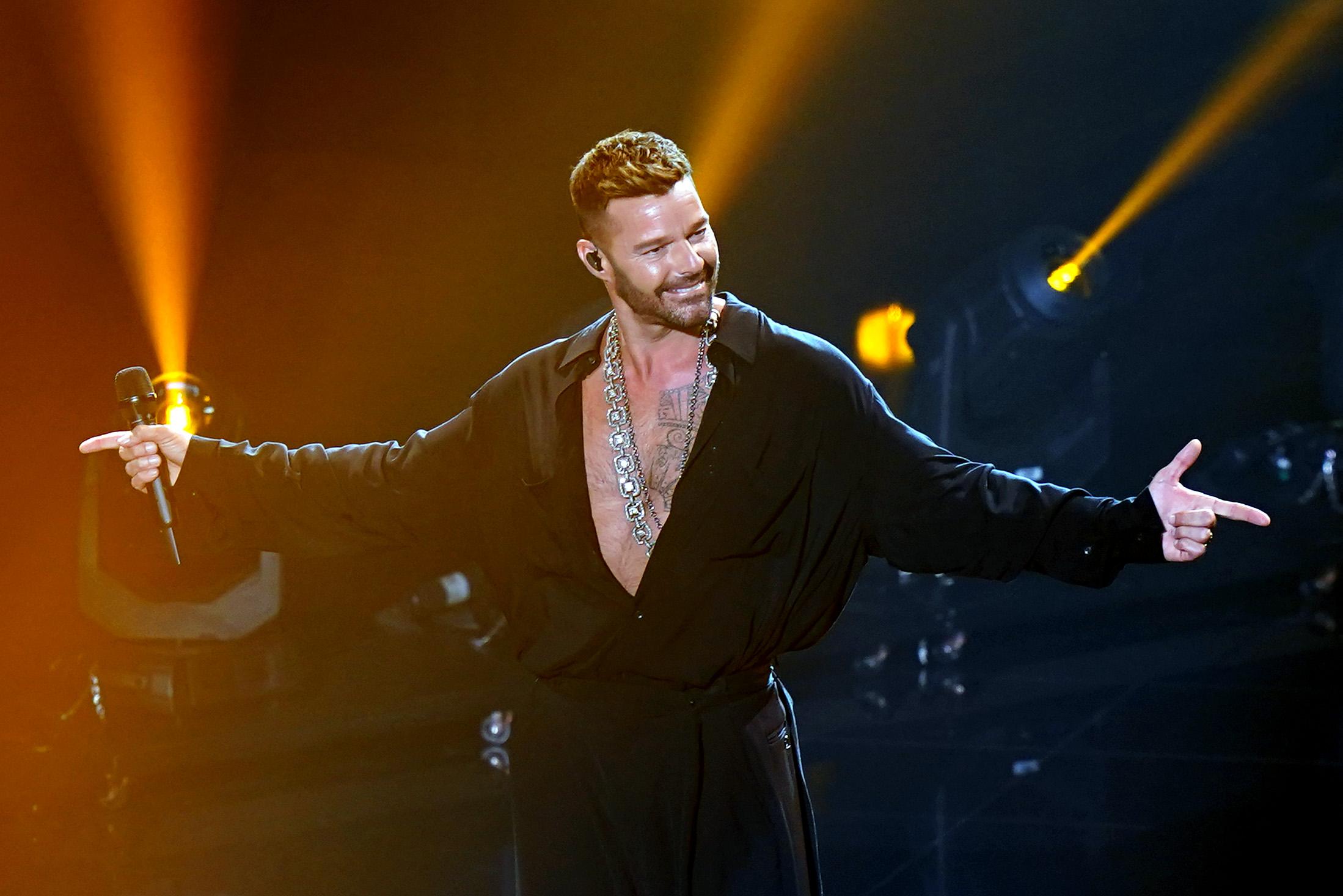 """Cuando le tocó el turno de cantar, Ricky Martin optó por un conjunto de camisa y pantalón holgado en el que se vio cómodo. Durante la tarde, el astro boricua, les dio a sus seguidores en las redes sociales varios """"updates"""" de cómo iba su preparación. (Foto: Suministrada/ Univisión)"""