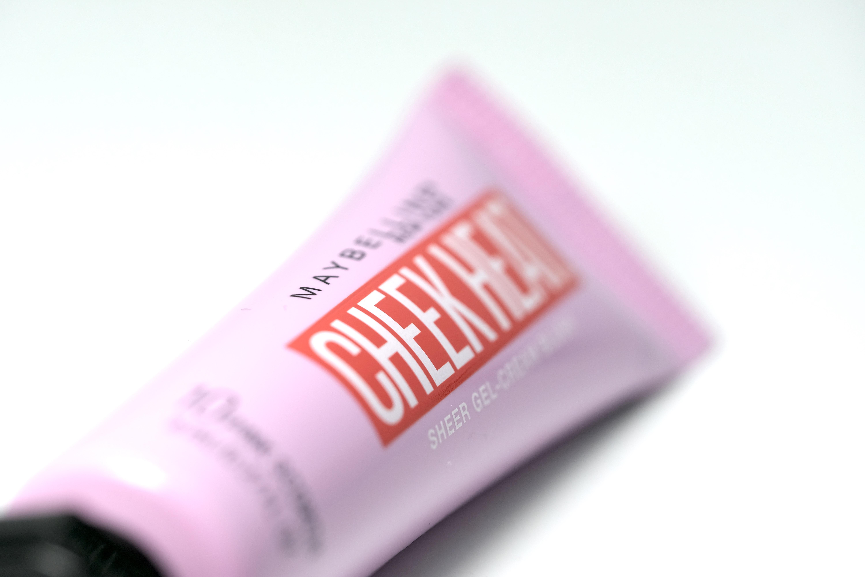 """Cheek Heat de Maybelline New York es un """"blush"""" en crema, ideal para darle un sutil toque de color a tus mejillas. Su fórmula liviana permite aplicarlo con los dedos para un acabado más natural. Está disponible en seis tonos distintos. (Suministrada)"""