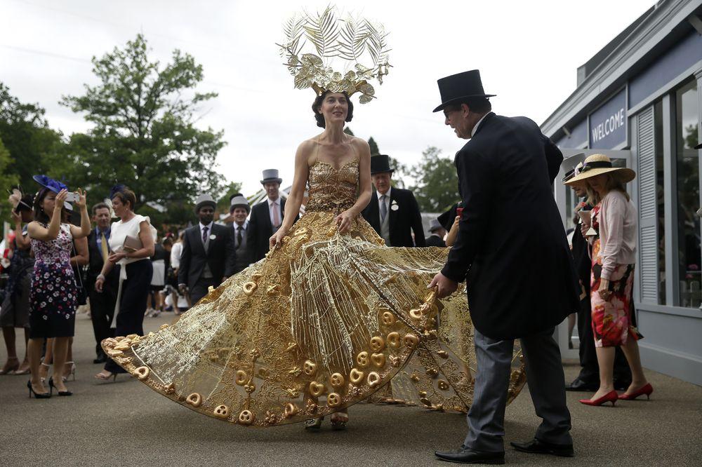 La invitada lleva puesta una corona de gran tamaño, utilizando decoraciones doradas, como flores y hojas,  aumentando su elegancia. (Foto: AP)