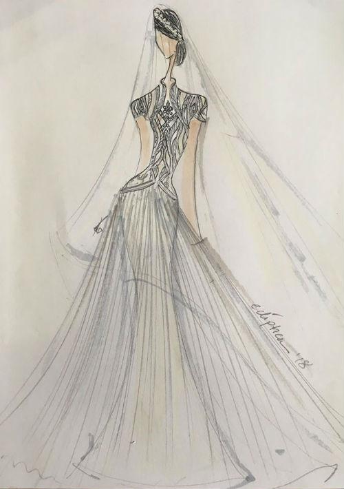 Eclíptica. Inspiradas en la corona Spencer de Lady Diana,  las diseñadoras crearon este diseño para Meghan Markle en el que el torso del vestido es todo en tul bordado en perlas. La falda amplia es en tul de seda que cae suave sobre su figura entallada.
