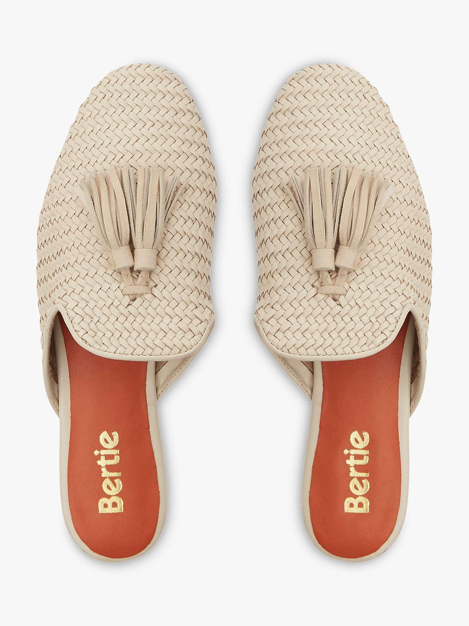 """Para estar en casa y combinarse bien sin mantener la comodidad, el calzado tipo """"slipper"""" sigue siendo un """"must"""". (WGSN)"""