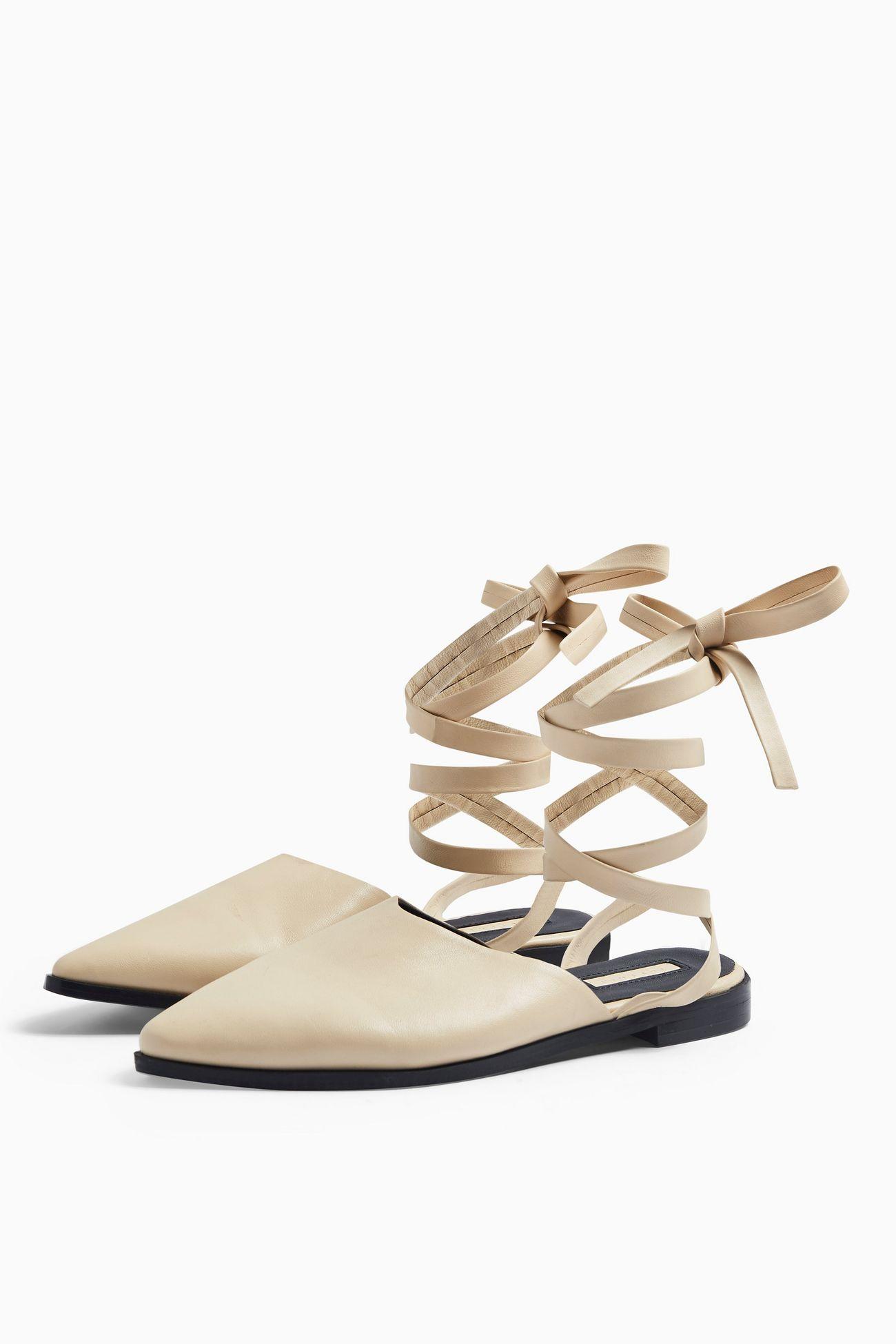 Un detalle femenino y coqueto son los lazos y amarres al tobillo, tanto en sandalias, como en tacones y balerinas. (WGSN)