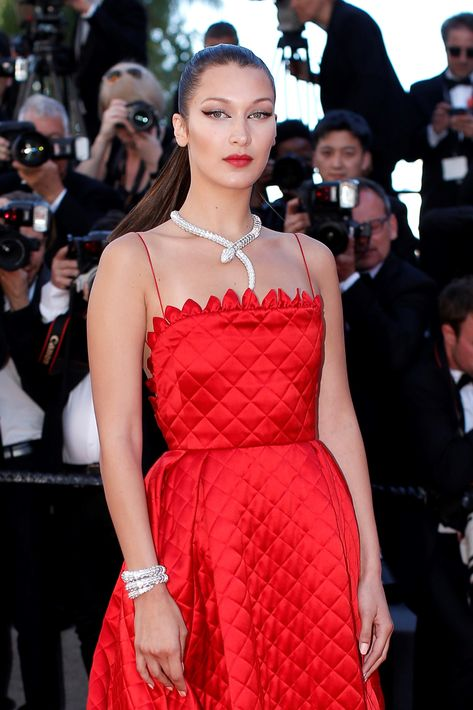 Bella Hadid se atavió con un collar de alta joyería de la icónica colección Serpenti acompañado de un brazalete de alta joyería de la misma colección. (AP)