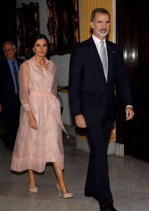 Uno de los modelos que más furor causó entre los seguidores de la moda fue el camisero en organza rosa claro que llevó la noche del miércoles a la cena que ofreció el presidente cubano, Miguel Díaz-Canel. El vestido de la marca francesa Maje, cuyo costo es de $162. (EFE)