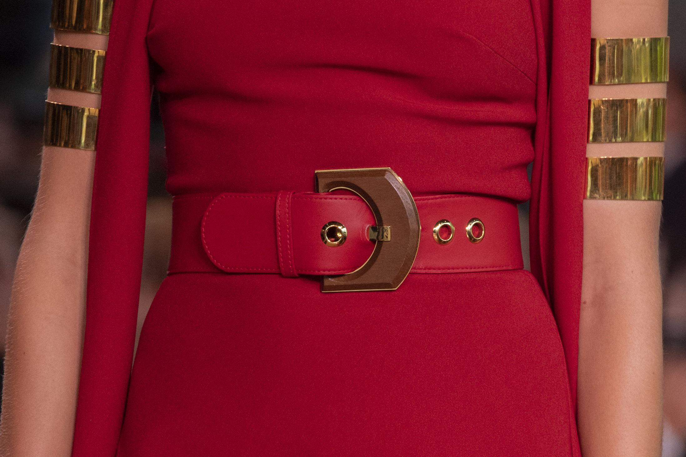 Para estilizar tu silueta, busca un cinturón fino en el mismo color de la ropa. Moda: Elie Saab. (WGSN)