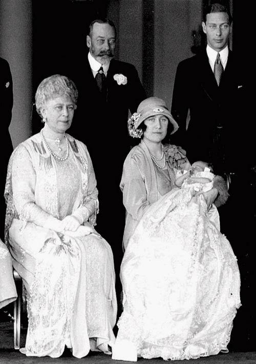 La reina Elizabeth II fue bautizada en 1926. En la foto aparece en brazos de su madre Elizabeth y acompañada de la reina Mary, el rey George V y el entonces duque de York y luego rey, George VI. (AP)