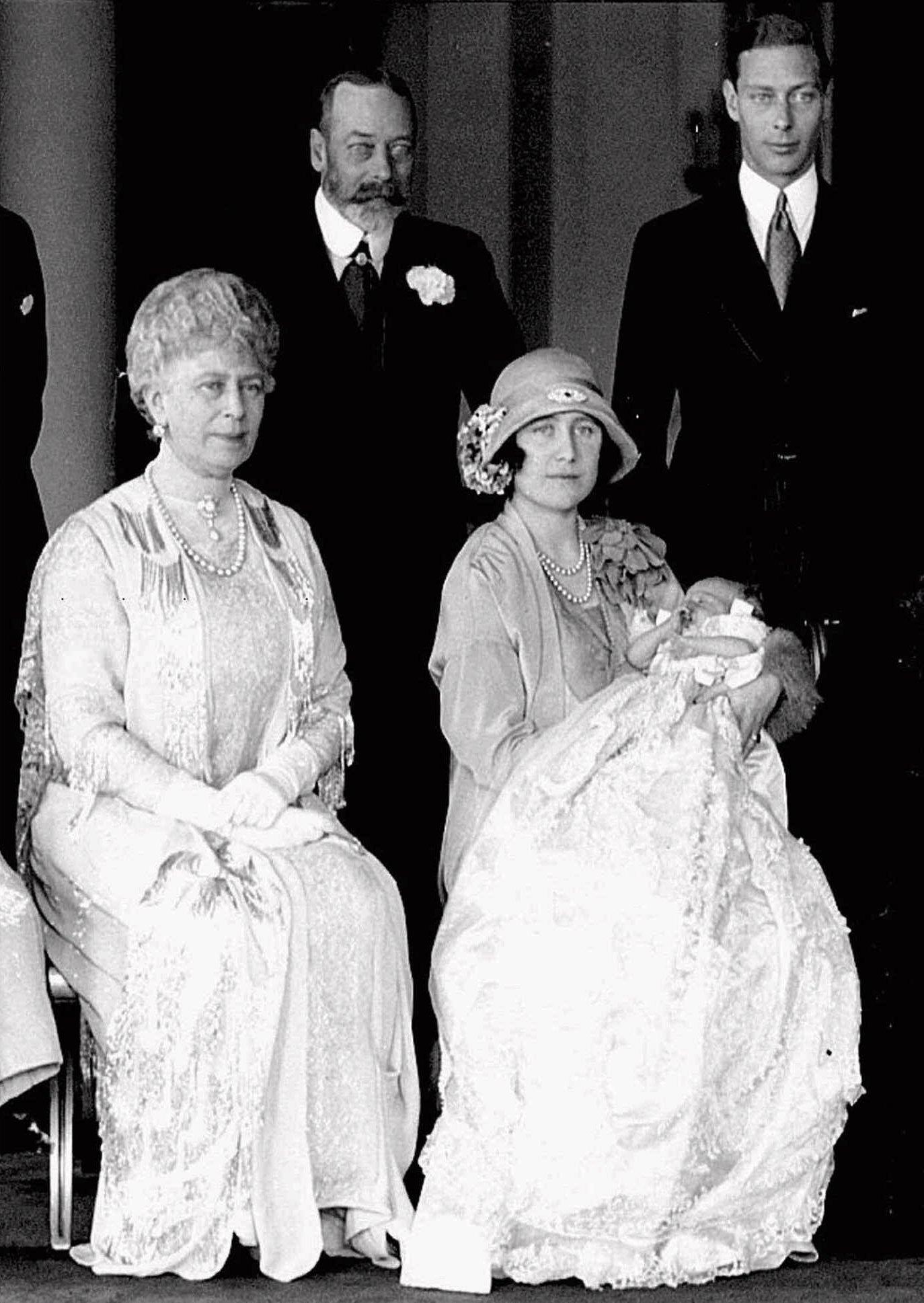 Bautizo de Elizabeth II en 1926. En la foto, la actual reina es cargada en brazos por su madre, Elizabeth I. Junto a ellas, su abuela, Mary de Teck. En la parte de atrás, George V y George VI, abuelo y padre, respectivamente. (Archivo)