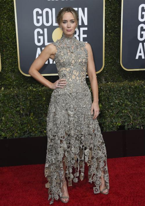 Emily Blunt lució elegante en un vestido encaje de la casa de moda Alexander McQueen. (Foto:AP)