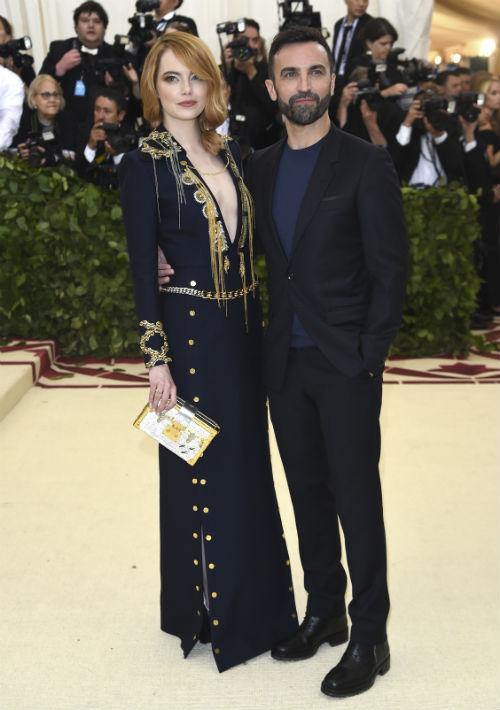 La actriz Emma Stone y Nicolas Ghesquiere. (AP)