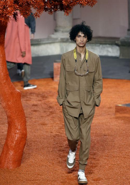 La firma textil Ermenegildo Zegna inauguró la Semana de la Moda masculina de Milán con una colección en tonos blancos, beige y tierras, muy elegante y masculina. (AP Photo/Luca Bruno)