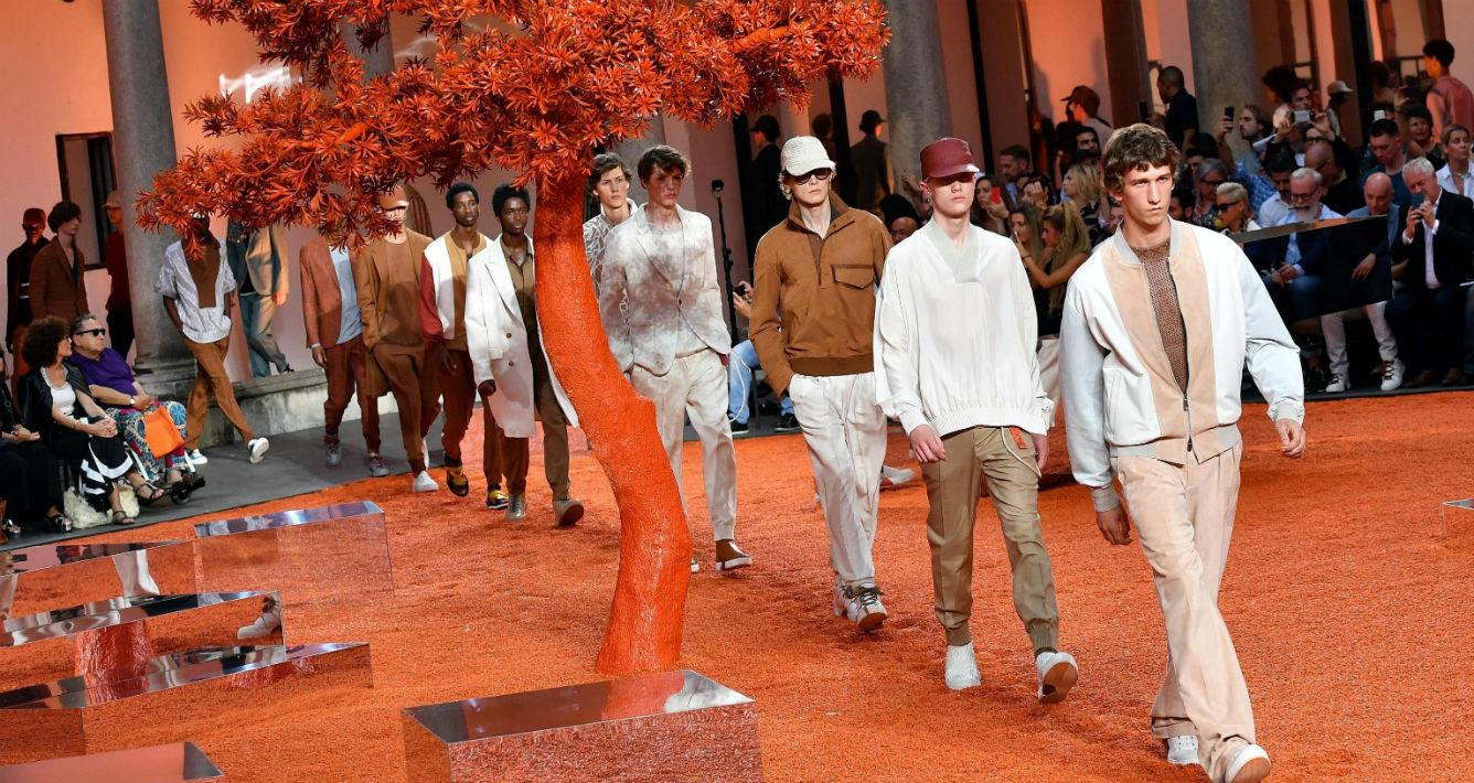 El desfile asombró a los asistentes con un guardarropa en el que no faltaron los pantalones de pinza en tonos blanco crudo, camel, marrón teja y marrón chocolate. (EFE/EPA/Daniel Dal Zennaro)