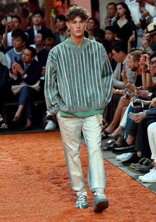 Sobre la pasarela milanesa también se pudieron ver jerséis de mangas tres cuartos y en tejido de punto y lana. (EFE/EPA/Daniel Dal Zennaro)