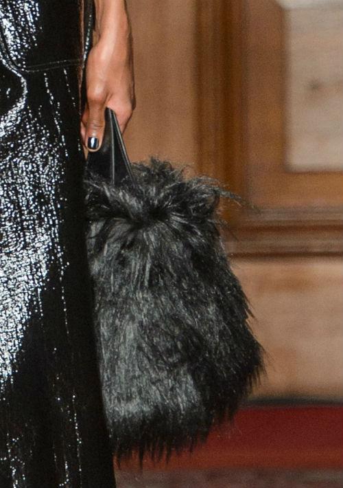 """Los bolsos pequeños con detalles de """"faux fur"""" son una de las tendencias del momento. Las pieles y textiles gruesos predominan siempre en las pasarelas internacionales y a través de este tipo de accesorio se hace posible integrarlas al clima de Puerto Rico. Cartera de Simone Rocha. (Foto: WGSN)"""