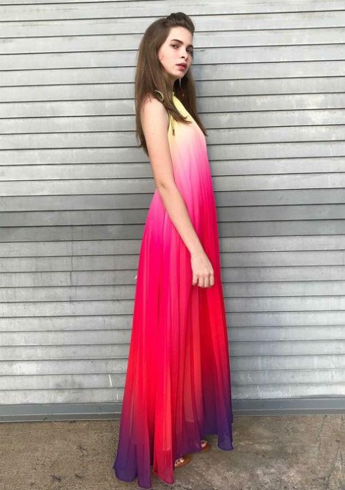 Vestido ancho que mezcla tonos claros y brillantes, de la tienda Escarcha, en Guaynabo. (Foto: Suministrada)