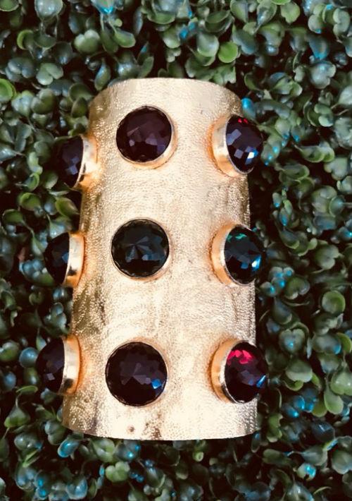 """Pulsera tipo """"cuff"""" dorada con detalles de piedras, de Escarcha. (Foto: Suministrada)"""