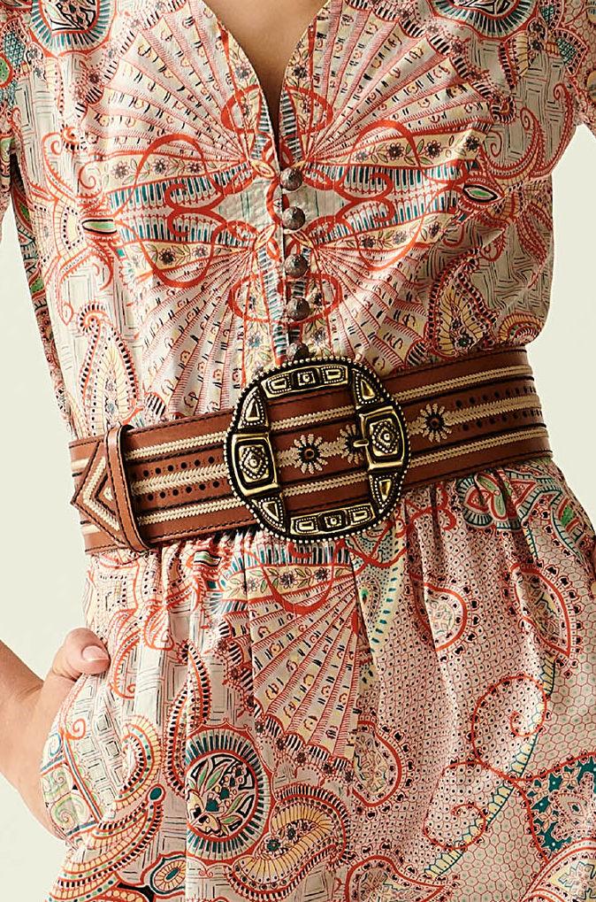 No olvides que los cinturones medianos con ornamentación se ajustan muy bien a los estilos más bohemios. Moda: Etro. (WGSN)