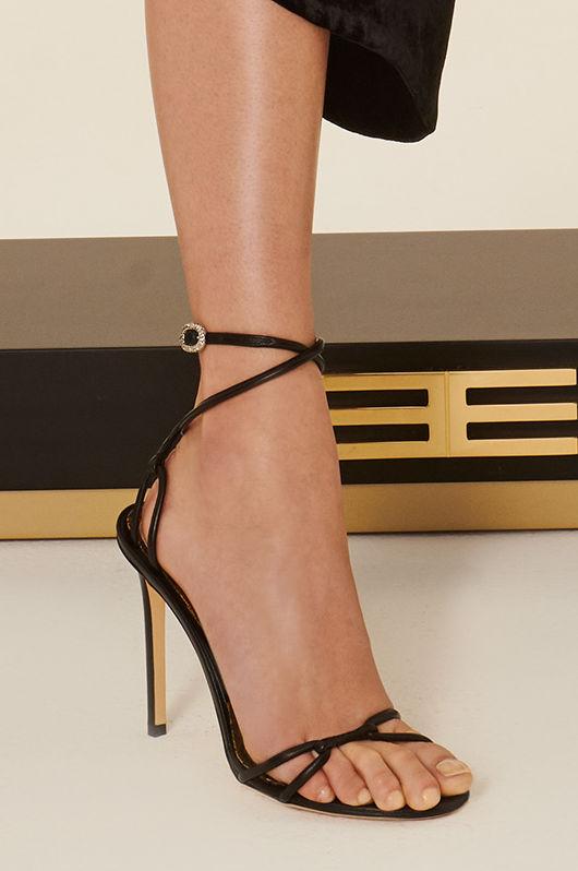 Los amarres son un detalle muy femenino que le da a la sandalia un toque sensual, sobre todo su se trata de un modelo de tacón alto y fino. No dejes de tener un par esta temporada y sigue disfrutando de ellas hasta las fiestas de fin de año. (WGSN)
