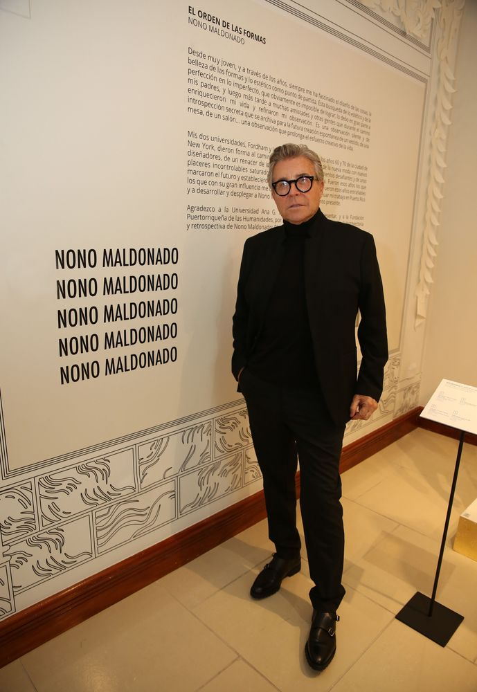 """El diseñador Nono Maldonado, acompañó a sus invitados a ver la muestra titulada """"El orden de las formas"""". Fotos José R. Pérez Centeno."""