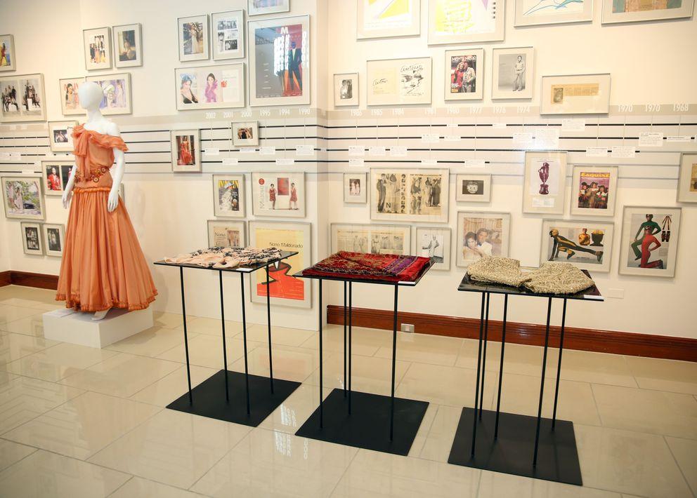 Piezas en pedrería y hasta botones, completan la muestra que repasa los 50 años de Nono Maldonado en la moda y que incluye fotos personales del modisto, así como recortes de periódicos y revistas relevantes a su carrera en Nueva York y en Puerto Rico. Fotos Jose R. Pérez Centeno.