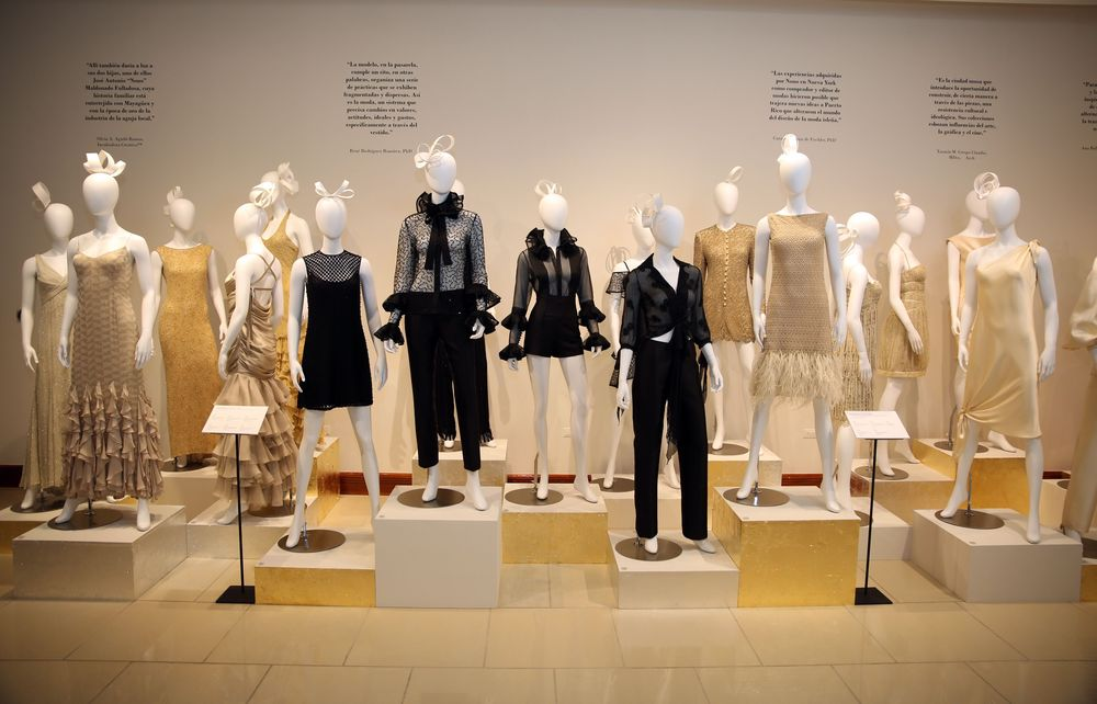 Una de las estampas de la exposición muestra modelos en tonos de ecru, perla, crema, dorado y negro, tonalidades de muchos de los atuendos clásicos diseñados por Nono Maldonado. Fotos Jose R. Pérez Centeno.