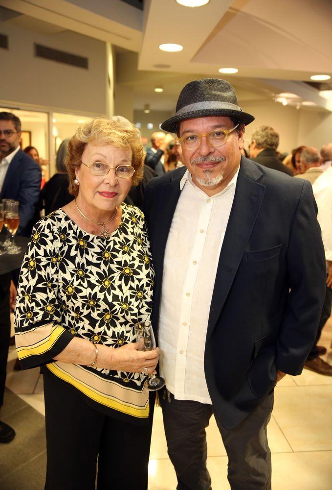 Maritza Rinaldi y su hijo, Carlos Dávila Rinaldi, quien durante décadas ha colaborado con su arte con Nono Maldonado, en especial en el diseño de los afiches de cada uno de sus desfiles. Fotos Jose R. Pérez Centeno.