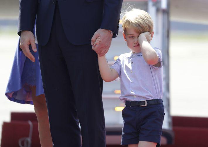 Luego de viajar en avión de Polonia a Alemania, el príncipe George sale somnoliento del avión.(Prensa Asociada)