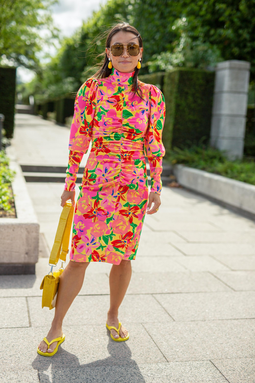 """Bajo la influencia de las tendencias de los 2000, las """"flip-flops"""" reciben una actualización de moda con un """"look"""" femenino y floral. Mantén el diseño sencillo y elévalo con materiales texturizados, como cueros acolchados, satenes brillantes o gomas con detalles. (WGSN)"""