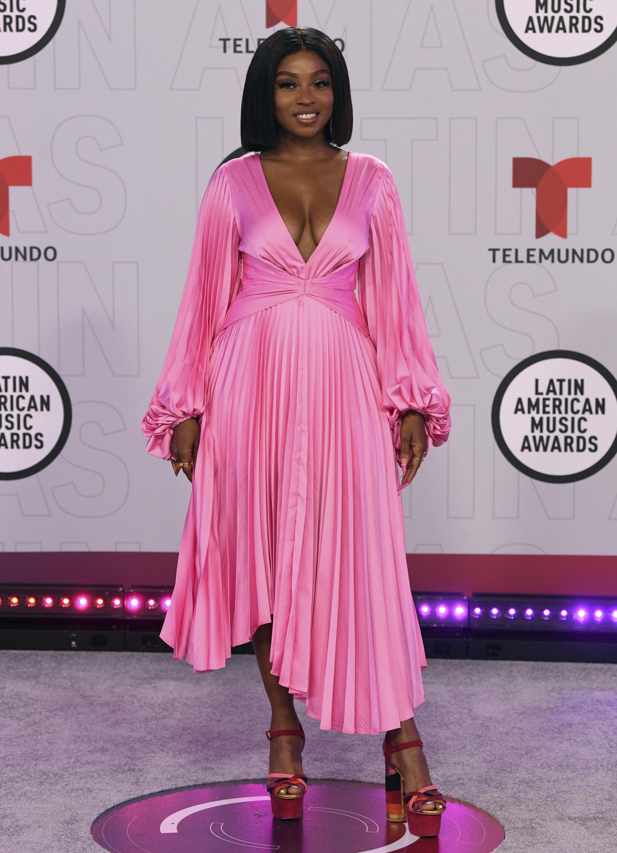 La cantante Goyo se inclinó por la comodidad y desfiló con un vestido plisado color rosa. (AP)