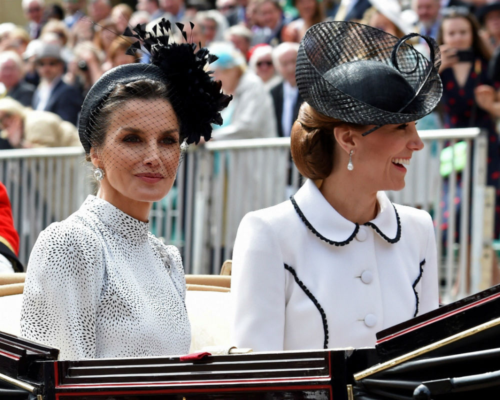 El desfile anual hasta la capilla de San Jorge contó con la participación de los reyes Felipe VI, de España, y Guillermo, de Holanda, nuevos miembros de la congregación. (EFE)
