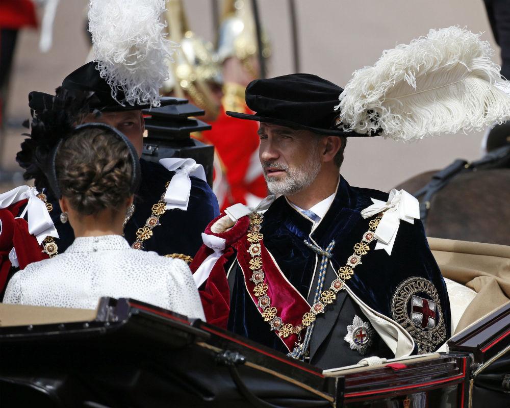 El protocolo establece que la reina Elizabeth II, como soberana de la orden, encabeza la comitiva de caballeros y damas, junto a su hijo, el príncipe Charles de Inglaterra. (EFE)