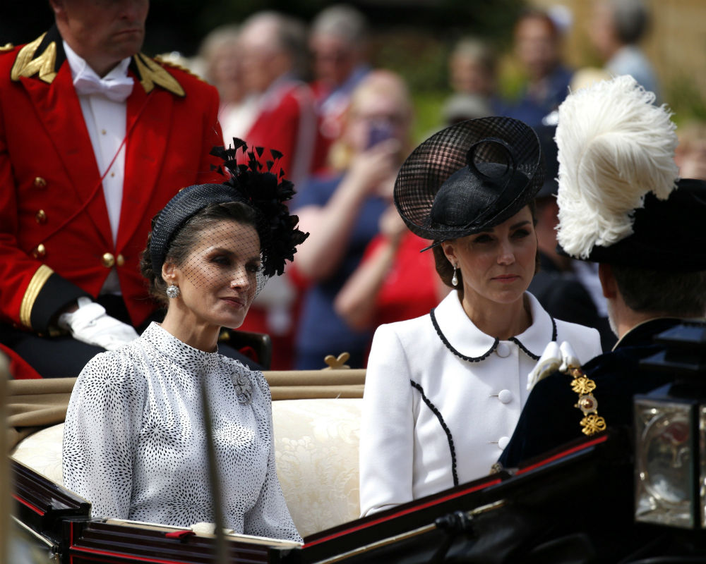 La reina Letizia, en la foto, junto a la duquesa de Cambridge, sorprendió al lucir un tocado negro. (EFE)