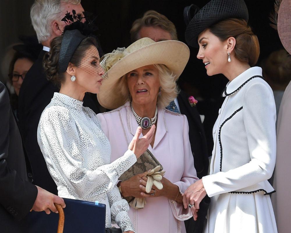 Las duquesas de Cambridge y Cornualles conversan con la reina Letizia. (EFE)