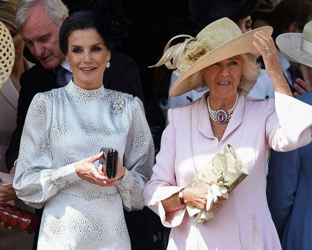 Para la ocasión, la reina Letizia optó por un vestido midi y un tocado negro con pequeñas plumas y pantallas de diamantes que forman parte de la colección de la Casa Real Española. (EFE)