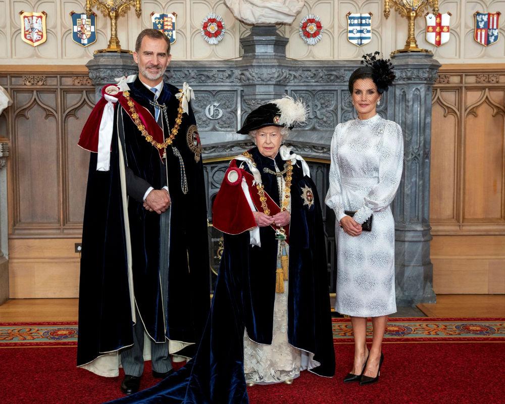 Los reyes de España posan con la reina Elizabeth II en una foto oficial de la investidura. (EFE)