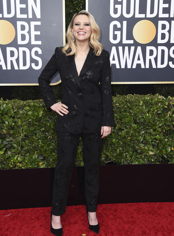 Kate McKinnon, quien presentó un premio especial para Ellen DeGeneres, asistió a los Golden Globes con chaqueta y pantalón negro, bordado de Prabal Gurung. (AP)