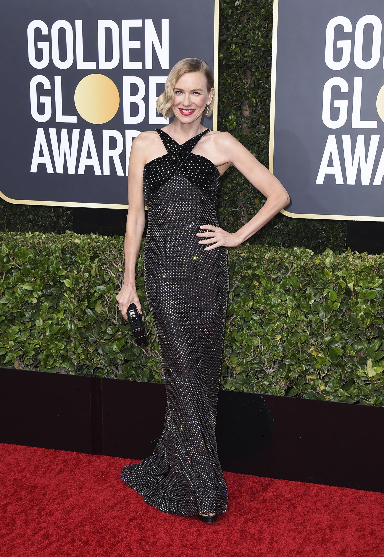 """Naomi Watts lució un estilismo tipo """"old Hollywood glamour"""" con un vestido columna y cuello halter, todo bordado, de Armani.(AP)"""