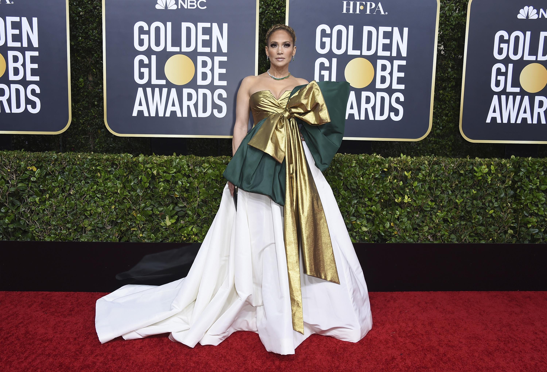 """Jennifer López -nominada por """"Hustlers""""- lució un vestido de Valentino que fue blanco de reacciones mixtas y hasta burlas.La diva complementó el dramático modelo con más de 145 carats entre esmeraldas y brillantes de Harry Winston. (AP)"""