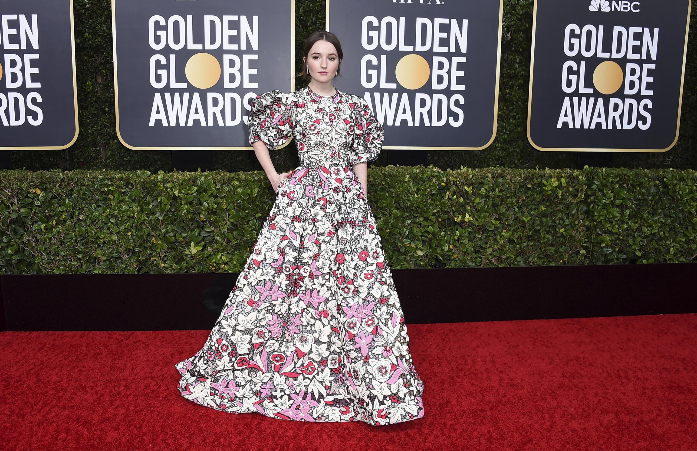 """Kaitlyn Dever, en su primera asistencia a los Golden Globes, lució una coleta de caballo despeinada y maquillaje ultra natural con un """"gown""""de mngas de globo y estampado floral, de Valentino.. (AP)"""