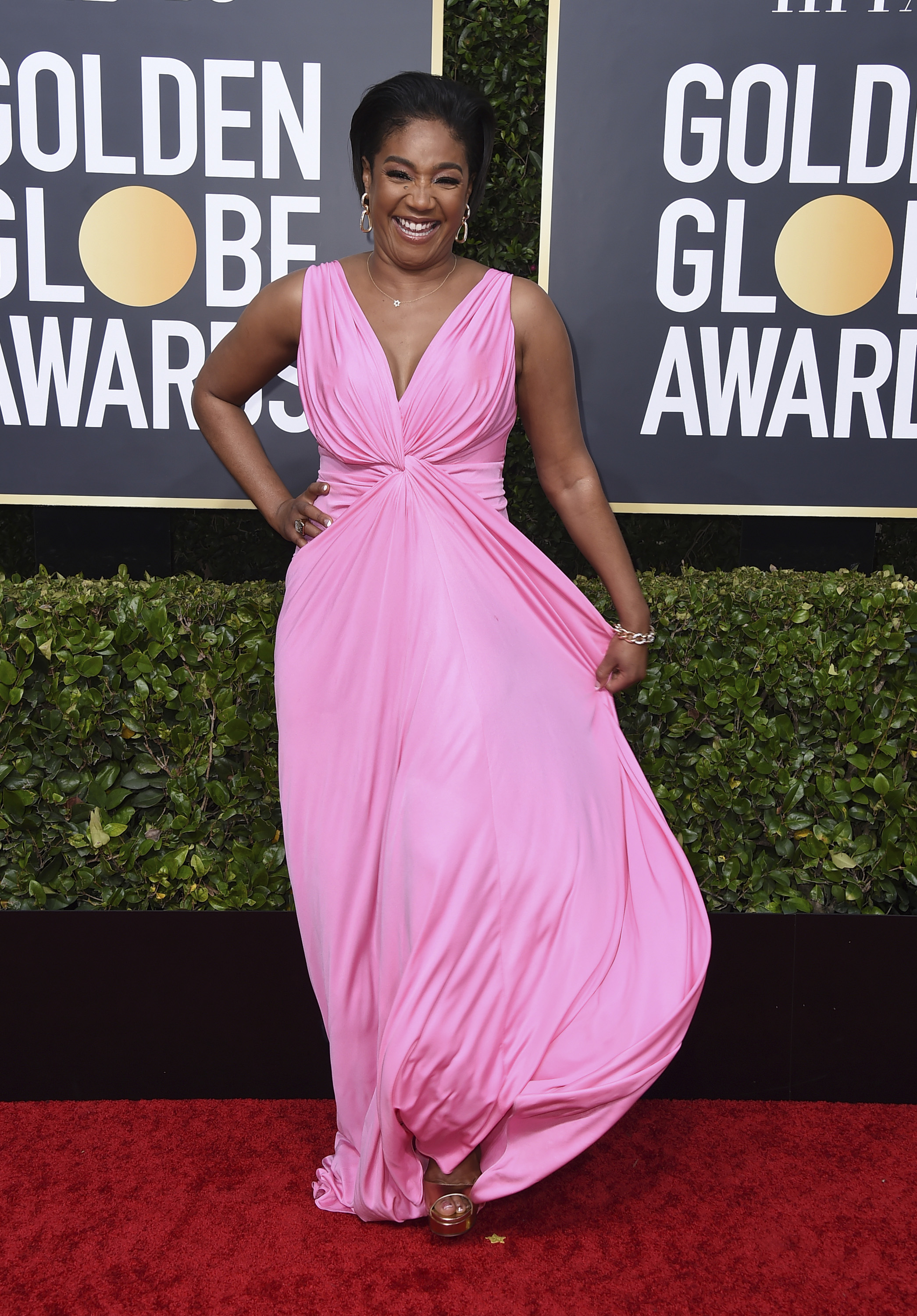 Tiffany Haddish en Galia Lahav con zapatos Jimmy Choo. (AP)