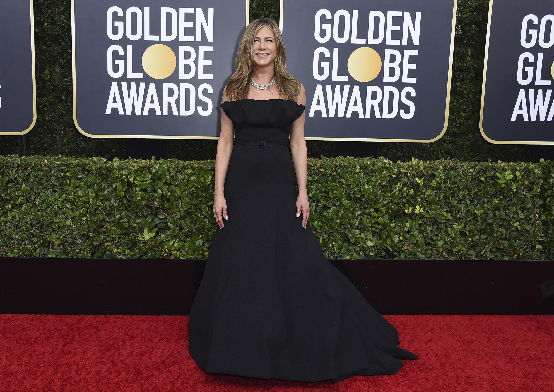 "Jennifer Aniston lució un traje con cola ""strapless""de Dior Haute Couture, con joyas de Fred Leighton. (AP)"