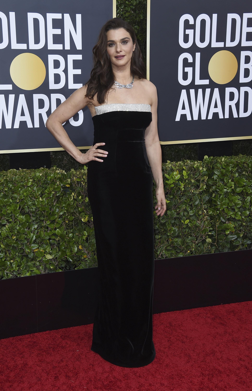 Rachel Weisz, con un elegante vestido de Tom Ford. De negro, escote recto, en terciopelo y con una sencilla gargantilla de brillantes.(AP)