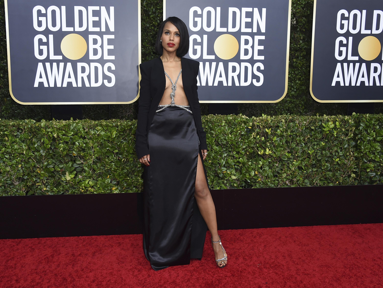 """Kerry Washington sorprendió en un """"naked dress"""" de Altuzarra. Básicamente un blazer negro con falda larga y un arnés de brillantes. Completó su """"look""""con el cabello lacio y labios rojos. (AP)"""