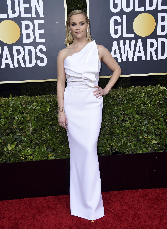 Reese Witherspoon eligió un atuendo de un solo hombro asimétrico de Roland Mouret, joyas de Tiffany & Co. y sandalias de plataforma de Christian Louboutin. (AP)