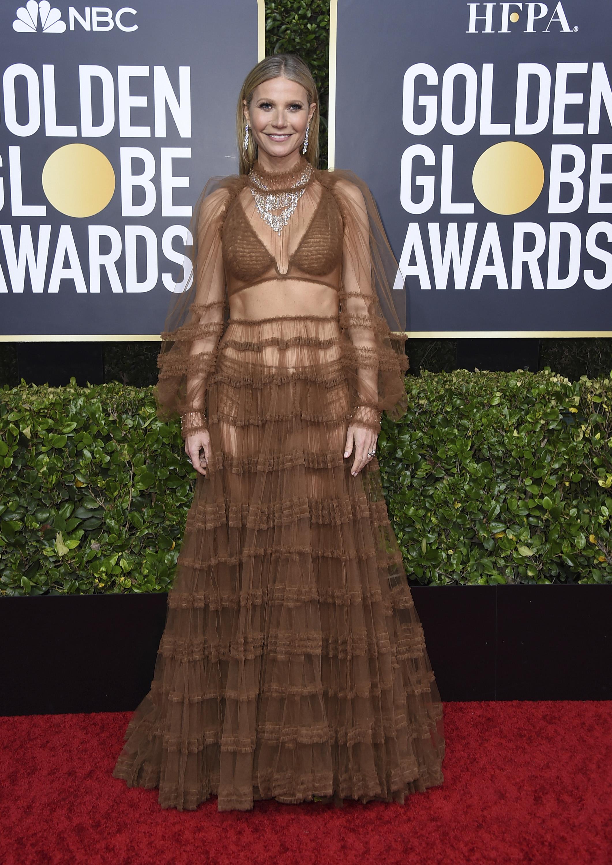 """Gwyneth Paltrow, en un atuendo """"hippie chic"""", con volantes y transparencias, de Fendi. También, lució un maquillaje neutro con un gran collar y pendientes largos de diamantes. (AP)"""