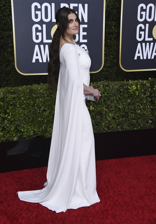 Idina Menzel de blanco y con mangas abiertas de Paule Ka, con joyería Forevermark. (AP)